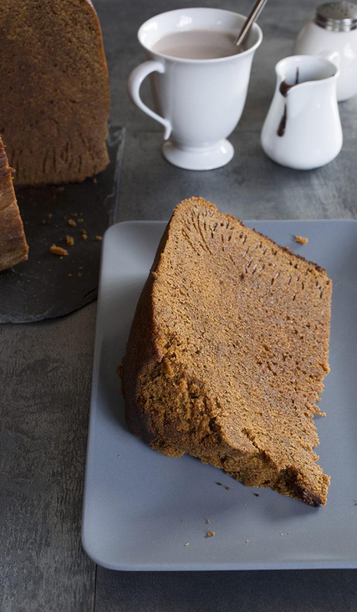 Tranche de meule de pain d'épice et chocolat chaud